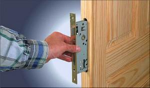 Установказамков в деревянные двери